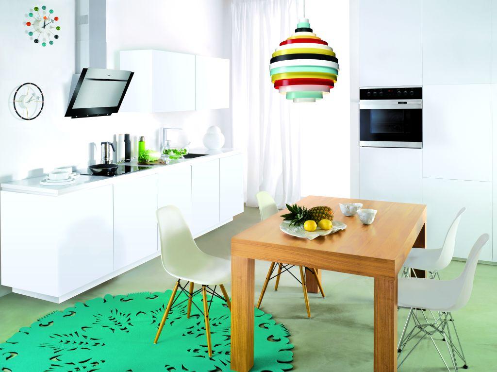 kuchnia, biała, okap wertykalny, stół drewniany, Jak wybrać odpowiedni okap do kuchni
