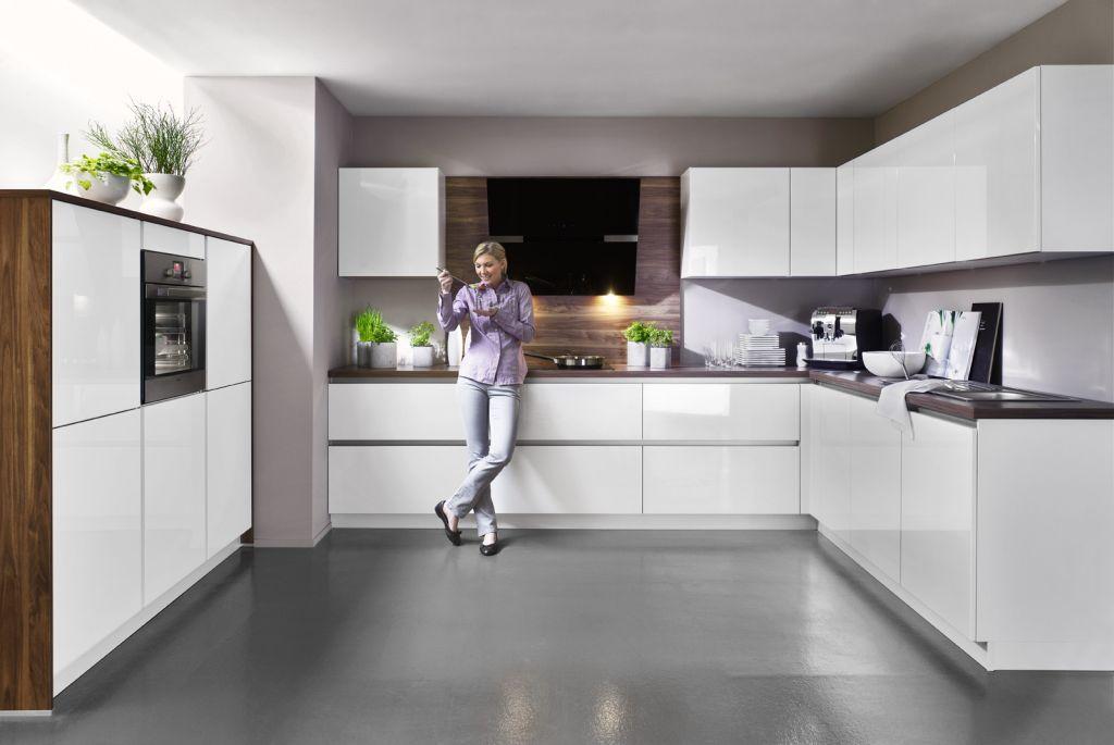 kuchnia biała z drewnem, uchwyty wpuszczane, drewno na scianie, Okap w kuchni