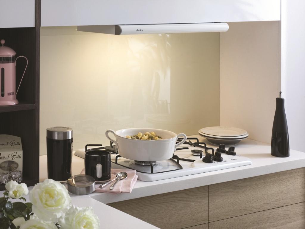 kuchnia brąz, biała, aranżacja kuchni ze szkłem lacobel, okap teleskopowy
