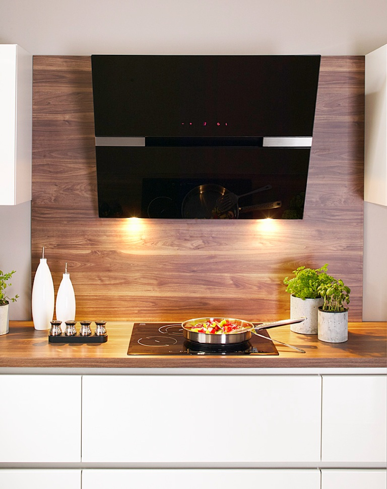 kuchnia biała, drewno na ścianie, panel na ścianie, Aranżacje kuchenne z okapem wertykalnym