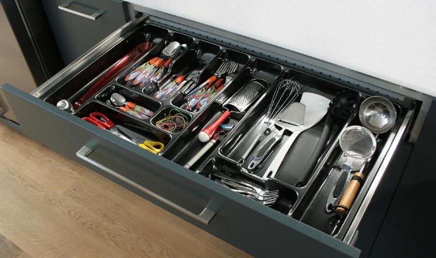 kuchnia, meble kuchenne, Ergonomiczne szafki kuchenne z szufladami, wkład na sztućce do szuflady