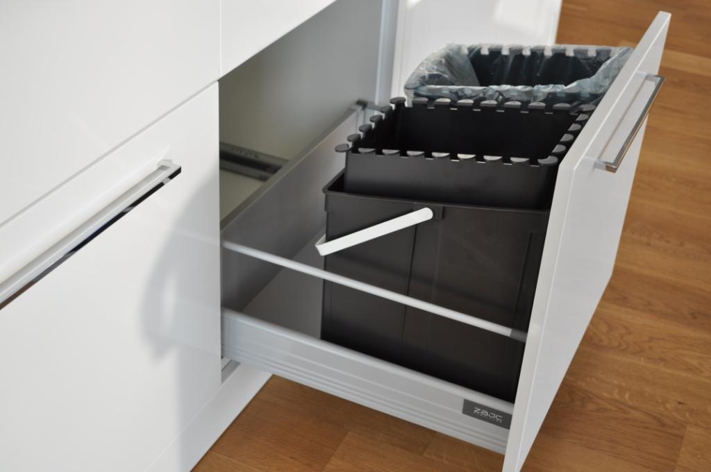 kuchnia, meble kuchenne białe, wysuwany kosz na śmieci w szufladzie