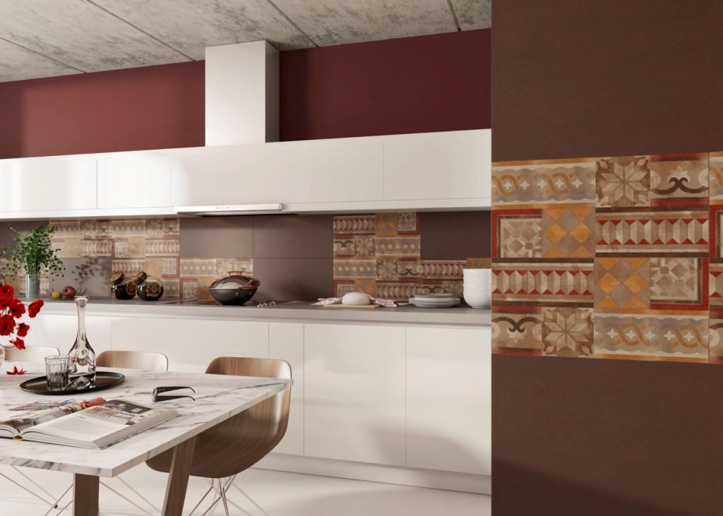 kuchnia biała, Aranżacja ściany kuchennej z płytkami