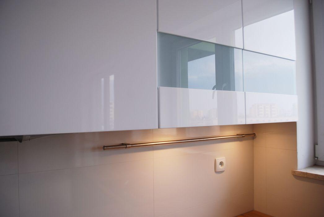 szkło na ścianie, reling kuchnia buiała, witryny   -> Kuchnia Uchwyty Reling