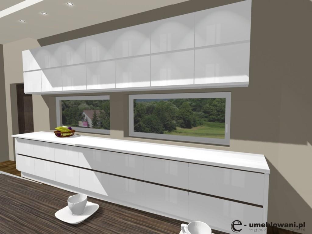kuchnia biała, blat drewniany, okno panoramiczne, fronty białe,
