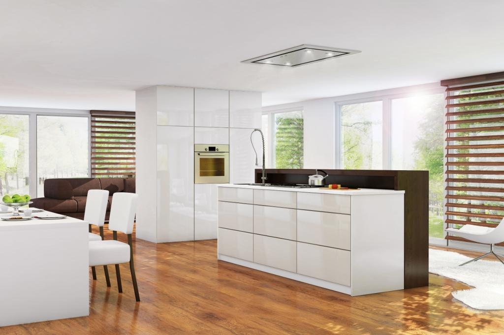 kuchnia biała bez uchwytów, wyspa z szufladami, stół biały, krzesła białe z drewnemEstrella Ciarko Design
