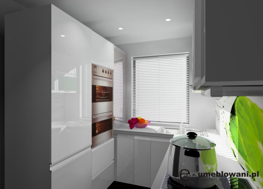 wąska-kuchnia-biała_szkło_limonka_na_ścianie-płytki-białe_jedno_okno