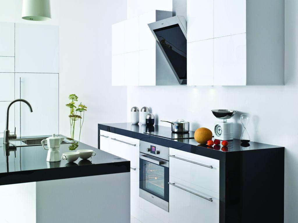 Projekty kuchni białej z okapem wertykalnym, wyspa, czarny blat