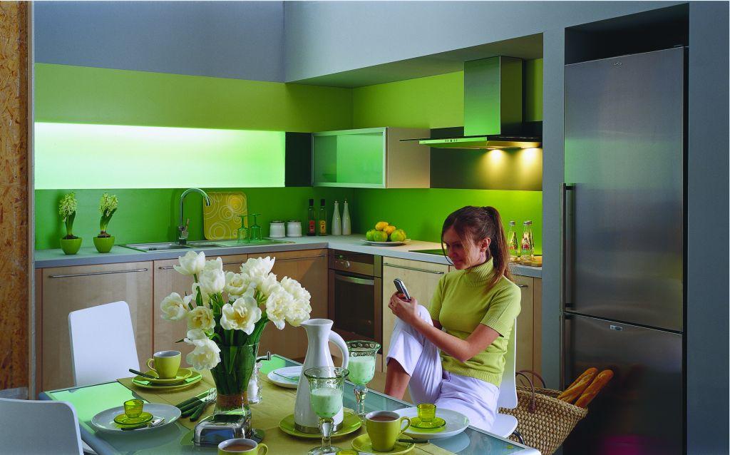 aranżacja kuchni zielonej z drewnem i ze stołem