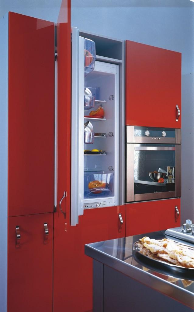 aranżacja kuchni niebiesko - czerwonej z lodówką do zabudowy