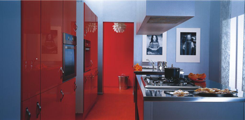 Aranżacja kuchni czerwono niebieskiej z wyspą