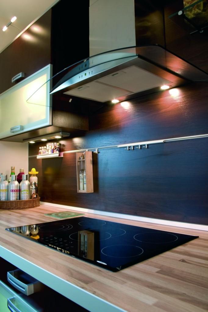 aranżacja kuchni z drewnem orzech na ścianie kuchennej