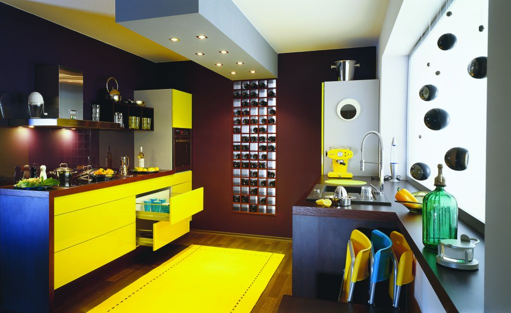 aranżacja kuchni żółtej z blatem drewnianym