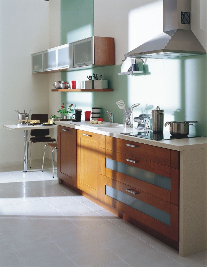 aranżacja kuchni z małym stolikiem w formie barku