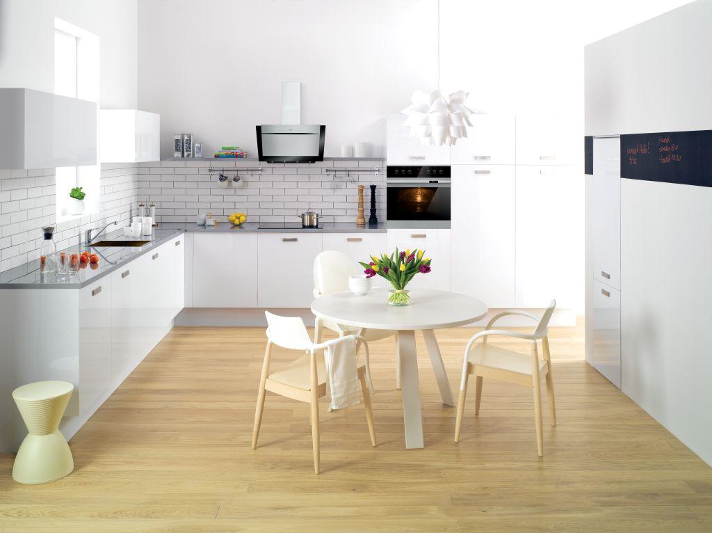 aranżacje kuchni z cegłą białą na ścianie