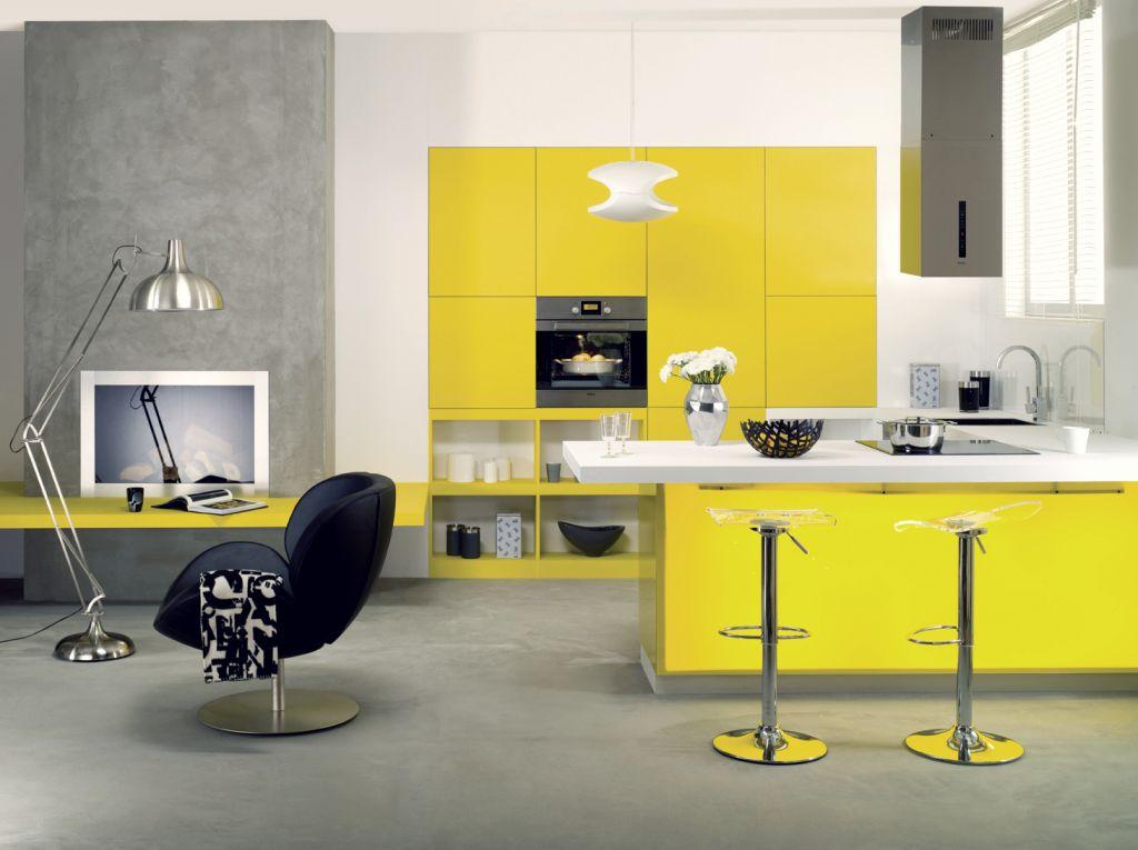 Aranżacje kuchni żółtej z wyspą i biurkiem