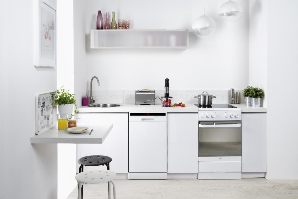 aranżacja kuchni, biały blat, białe fronty, okrągły zlewozmywak, malutki stolik