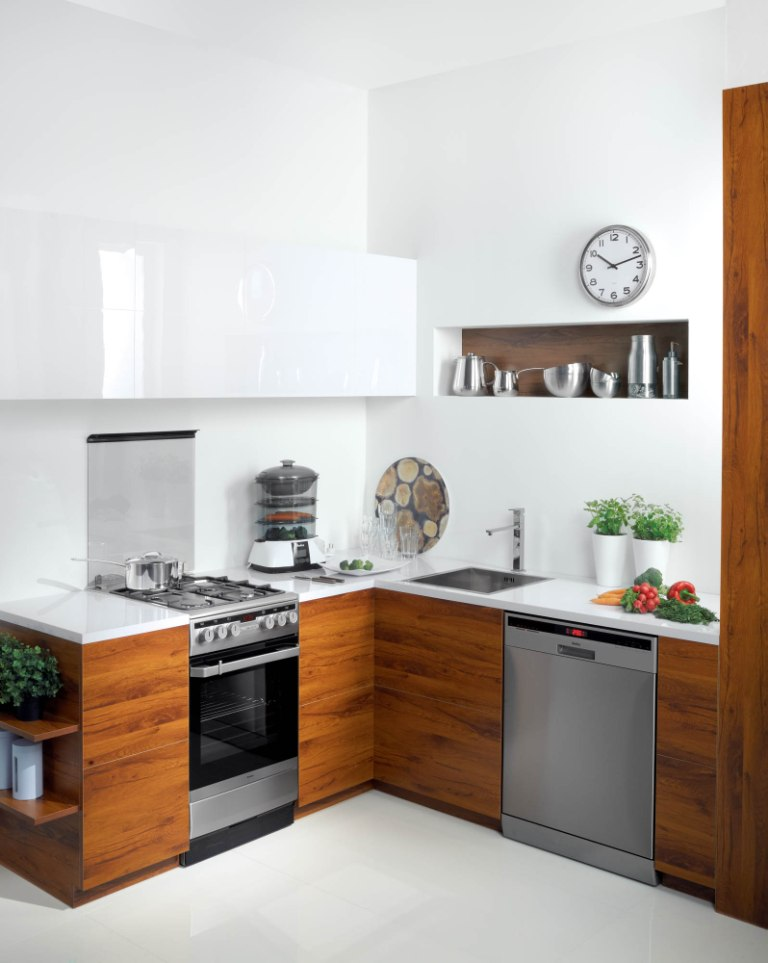 kuchnia, fornir, biała, aranżacja kuchni z frontami z drewna