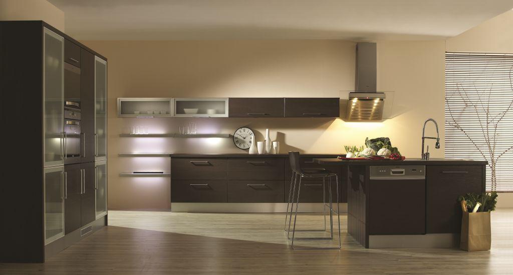 aranzacja kuchni otwartej, drewno, witryny