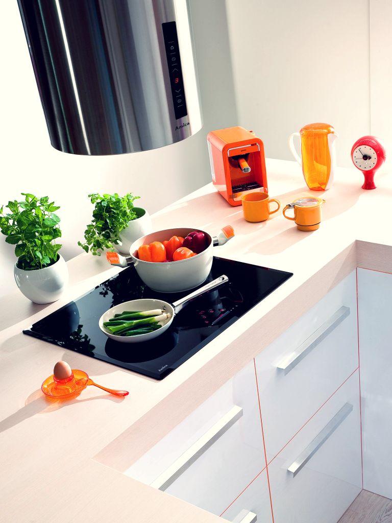 kuchnia biała, blatt drewniany, okap, Ergonomiczne szafki kuchenne z szufladami