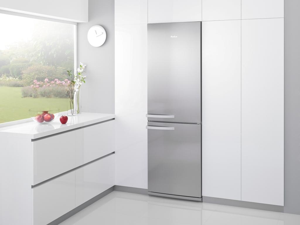 Małe projekty kuchni, biała kuchnia, uchwyty wpuszczane, cokół aluminiowy