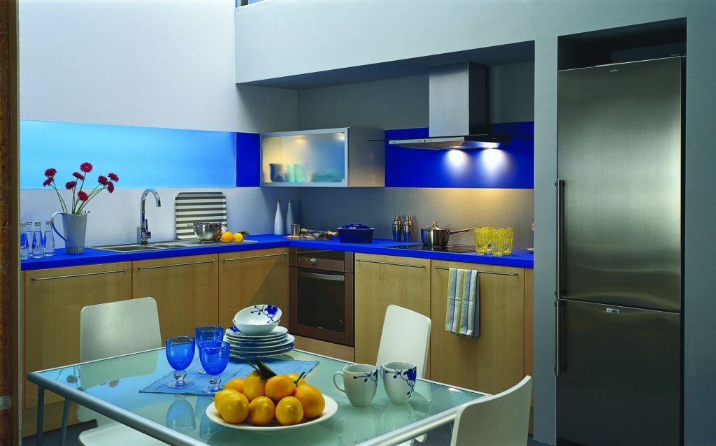 kuchnia, meble kuchenne, niebieski blat, szklany stół, Co na ścianie w kuchni zamiast płytek, szkło niebieskie