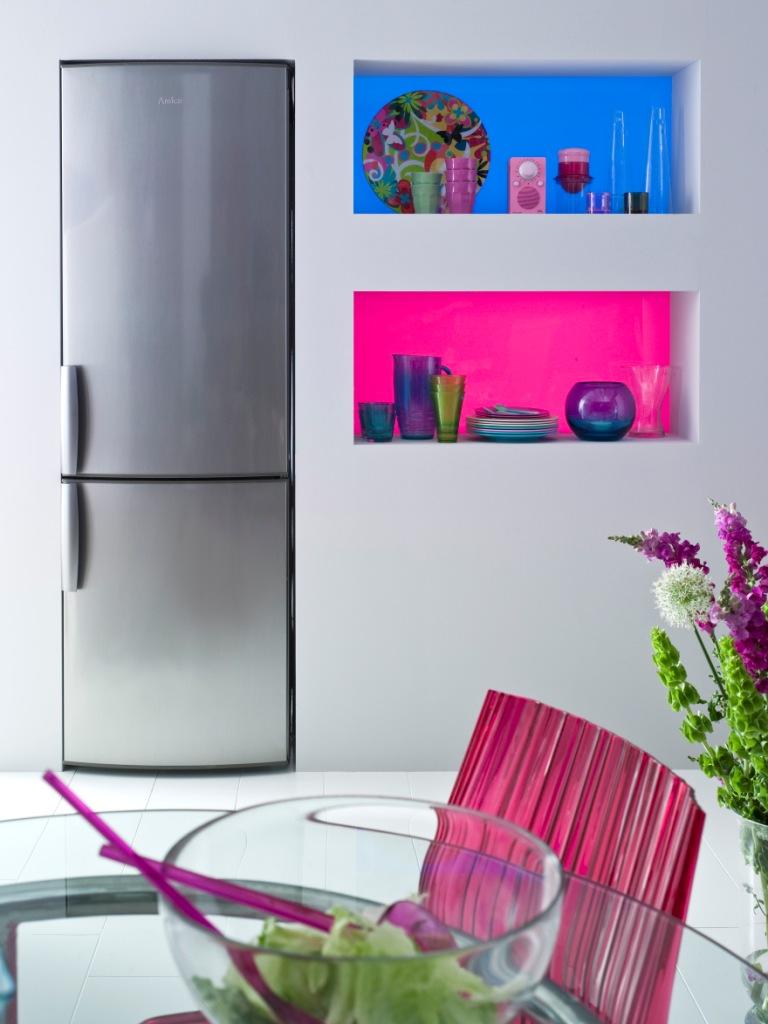 Co na ścianie w kuchni zamiast płytek, półki w szkle