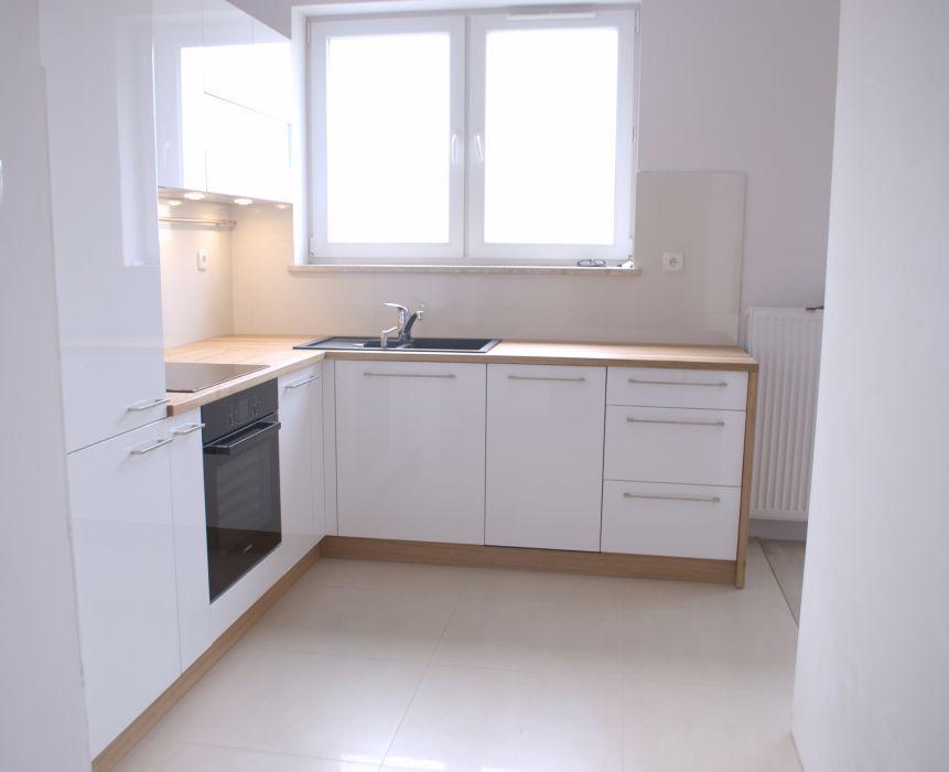 meble kuchenne białe z blatem drewnianym